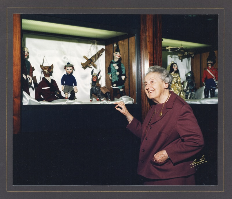 Photograph of Dixie Pelluet with marionettes